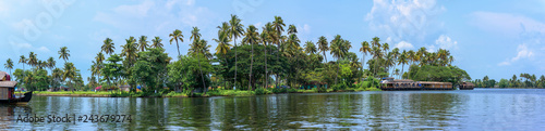 Photo Panoramic river view and boat in Kerala's Backwaters, India.