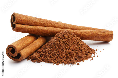 Foto Cinnamon sticks and powder, isolated on white background
