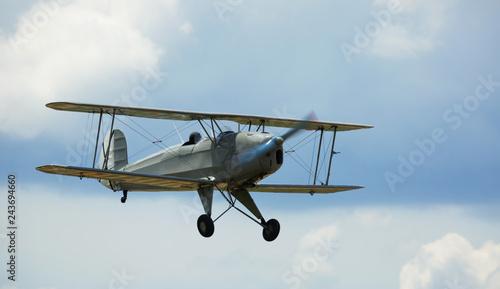Photo Biplane flying in sky
