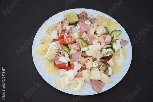 Photo  fresh vegetable salad on yellow background