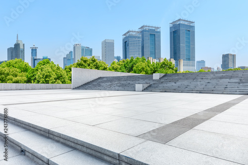 Pusta kwadratowa podłoga i nowoczesny budynek handlowy w Szanghaju