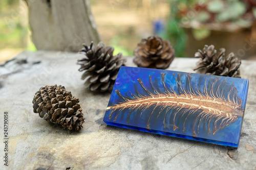 Fotografía  casting epoxy resin Stabilizing pine cone red blue abstract art blur background,