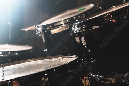Valokuva Closeup view of a drum set in a dark studio