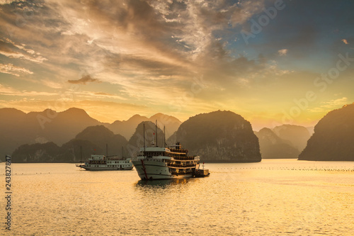 Foto  Sunset over the islands of Halong Bay in northern Vietnam.