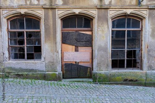 Fotografija  Fassade eines renovierungsbedürftigen Gebäudes