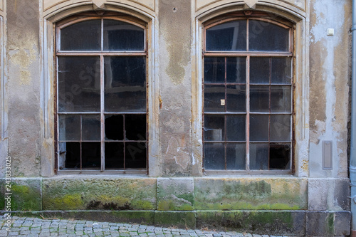Valokuva  Zwei Fenster in einem renovierungsbedürftigem Gebäude