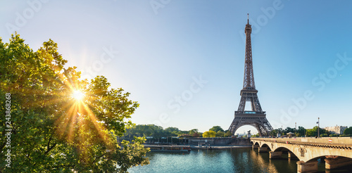Foto op Plexiglas Centraal Europa Paris street with view on the famous paris eiffel tower on a sunny day with some sunshine