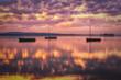 Abendstimmung am Steinhuder Meer mit drei Segelbooten nach dem Sonnenuntergang