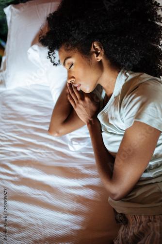 Photo  Beautiful black woman sleeping in bed