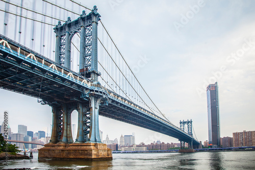 Fotografía  Manhattan Bridge closeup in the morning with colorful cloud over East River in L