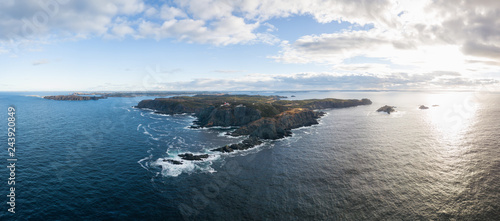 Fotografia Aerial view of a rocky Atlantic Ocean Coast during a cloudy sunset