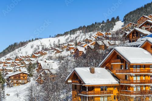 France, Savoie : Chalets enneigé, village de Meribel.