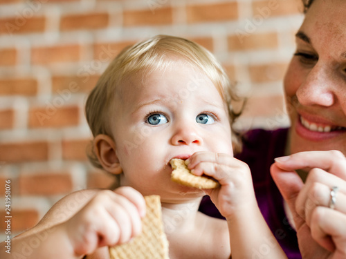 Fotomural  Baby munching on some crackers