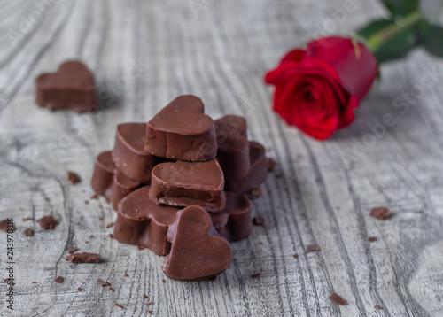Bombones De Chocolate En Forma De Corazón Con Flor Roja Buy This