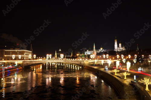 Photographie  Evening view of the Moscow Kremlin and Big Moskvoretsky bridge with Christmas il