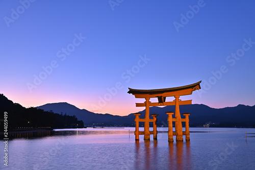 Foto op Canvas Japan 夕焼けと宮島の大鳥居