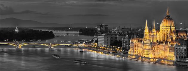 Parlament Budapesztu oświetlony w kolorze
