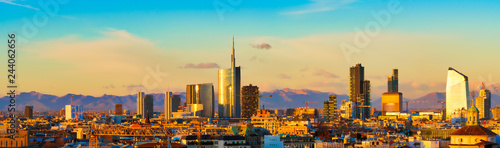 Photo sur Aluminium Milan Milan skyline at sunset. Large panoramic view of Milano city, Italy. The mountain range of the Lombardy Alps in the background. Italian landscape.