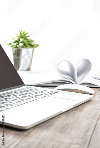 Fotografía  Office workplace laptop notebook heart succulent