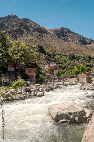 Fotografía  River in the mountains in Marrakesh on a sunny day.