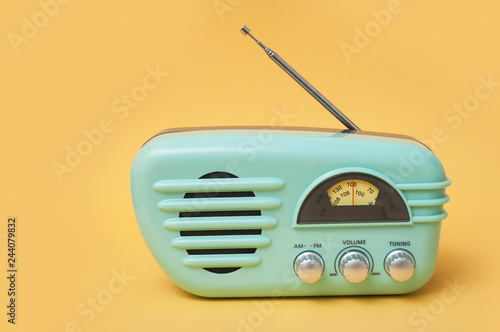 Fotografía  closeup of vintage fifties style radio on yellow background