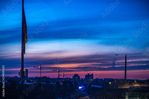 Photo El horizonte del Berlín con el viejo barco arruína en el río de Juerga en la puesta del sol, Alemania