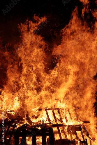 Fotografía  fuoco di un falò e legna in fase di ardere
