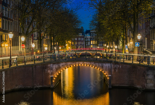Foto  Beautiful blue hour over Amsterdam canal
