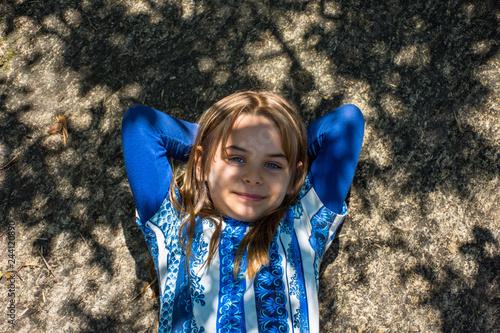 Fotografie, Obraz  Criança descansa na pedra mata