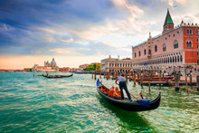 Gondolas En Plaza San Marcos Venecia, Italia.