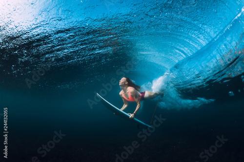 Fotomural Surfer woman dive underwater with under barrel wave.