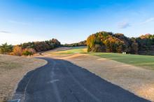 福島の紅葉で早朝のゴルフ場グリーンとカート道