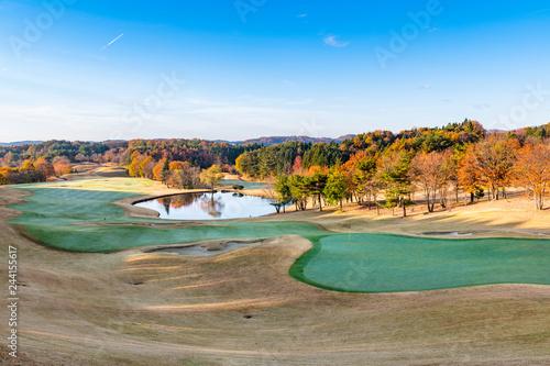 福島の紅葉で早朝のゴルフ場グリーンと水鏡の池
