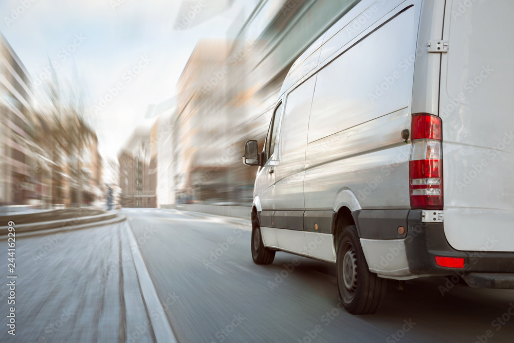 Fototapeta Transporter fährt in der Stadt