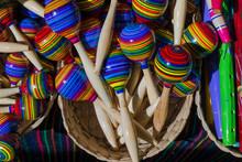 Hay Muchas Maracas De Colores En La Cesta.