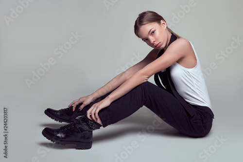 Fotografía  Young Fashion Model girl posing at studio in stylish clothing