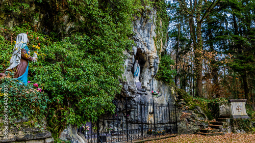 Photo beautiful image of a statue of Bernadette praying to Our Lady of Lourdes in a na