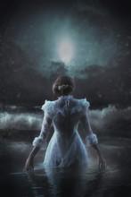Viktorianische Frau Im Weißen Kleid Geht Ins Meer Bei Nacht