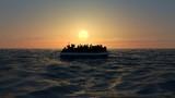 Profughi su un grande gommone in mezzo al mare che richiedono aiuto. Mare con persone in acqua che chiedono aiuto. Migranti che attraversano il mare