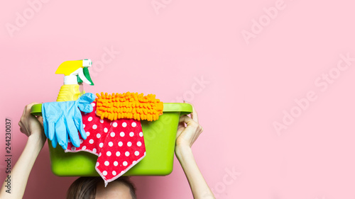 Fotografía  Woman with house supplies ready to to clean room. Spring cleaning