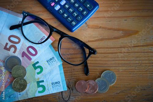 Fotografia, Obraz  composition avec billets de banque et pièces (Euros), paire de lunettes et calcu