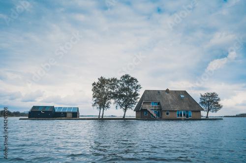Fotografie, Obraz  Maison sur le lac dans le village des eaux de Giethoorn Pays-Bas, vieux village néerlandais de Giethoorn au printemps