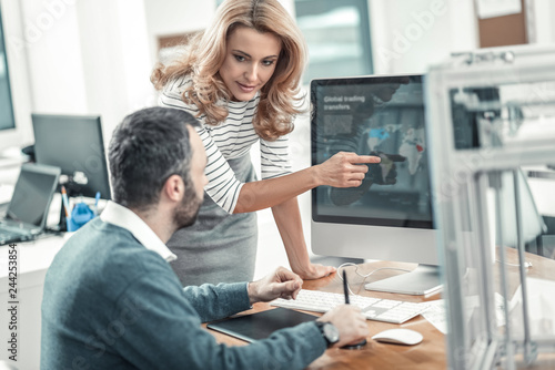Photo Nice blonde woman pointing at the computer screen