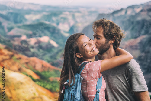 Photo  Couple in love kissing on nature travel hiking in Hawaii mountains