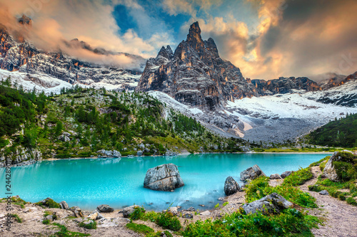 Photo  Amazing alpine landscape with turquoise glacier lake, Sorapis, Dolomites, Italy