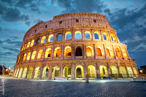 In de dag Centraal Europa Coliseum or Flavian Amphitheatre in Rome at twilight, Italy