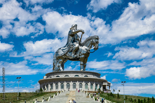 Foto Chinggis Khan / Genghis Khan Statue Complex with dramatic blue cloudy sky outsid
