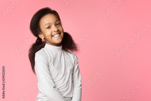 Fotografía  African-american girl smiling and looking at camera