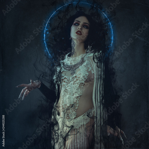 Foto vampire, demonic woman dressed in white lace and silver jewelry