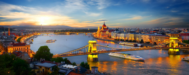Fototapeta na wymiar Parliament and bridges